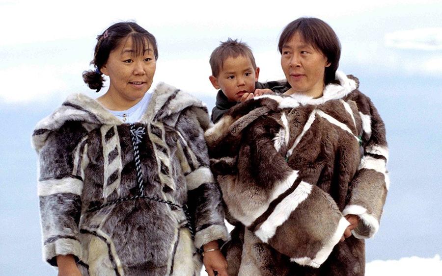https://thepaleodiet.imgix.net/images/1280px-Inuit-Kleidung_1.jpg?auto=compress%2Cformat&fit=clip&q=95&w=900