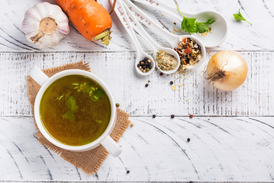 https://thepaleodiet.imgix.net/images/Bone-Broth-and-Immunity.jpg?auto=compress%2Cformat&fit=clip&q=95&w=900
