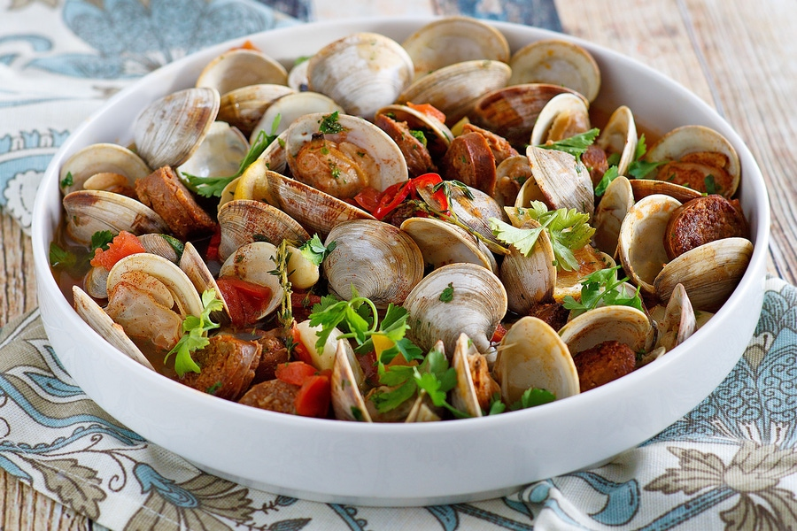 https://thepaleodiet.imgix.net/images/Chorizo-and-Clams_FINAL04.jpg?auto=compress%2Cformat&fit=clip&q=95&w=900