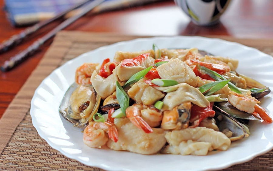 https://thepaleodiet.imgix.net/images/mixed-seafood-in-oyster-sauce.jpg?auto=compress%2Cformat&fit=clip&q=95&w=900
