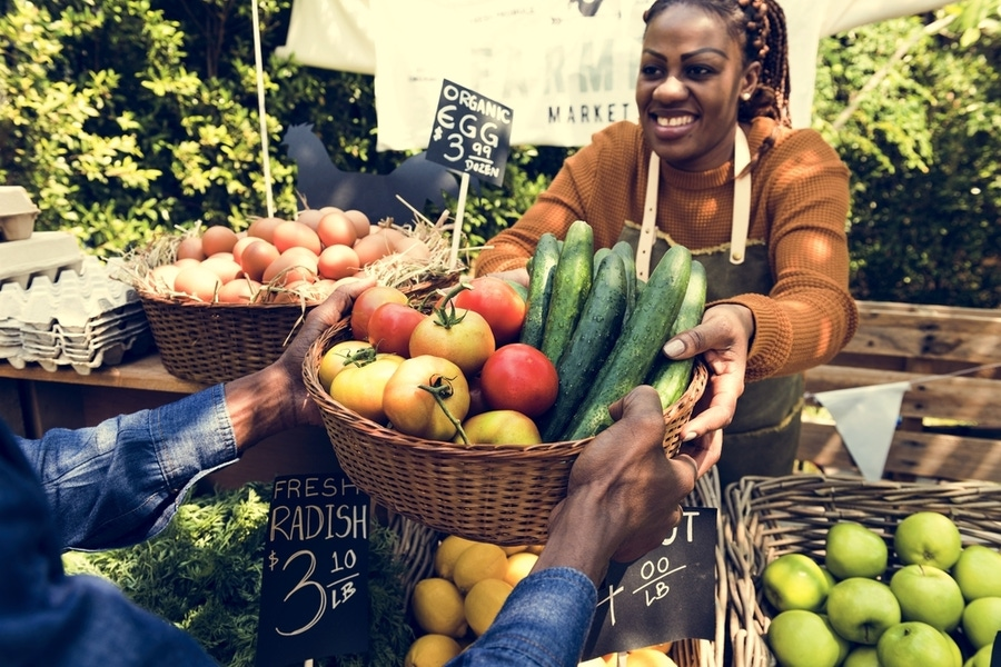 https://thepaleodiet.imgix.net/images/woman-selling-produce-at-farmers-market.jpg?auto=compress%2Cformat&fit=clip&q=95&w=900